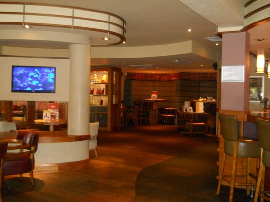 Premier Inn Inverness West Hotel: Bar area