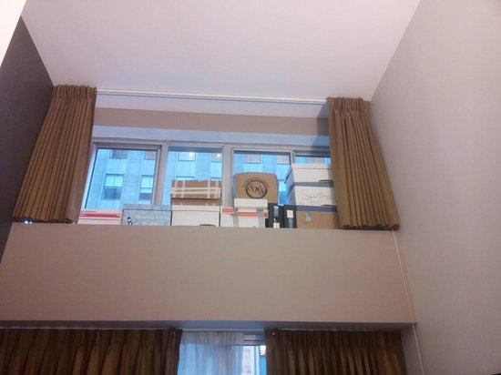Club Quarters Hotel, opposite Rockefeller Center: Room 307 storage boxes in the room!