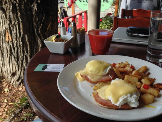 Cafe Genevieve: Eggs Benedict on the deck