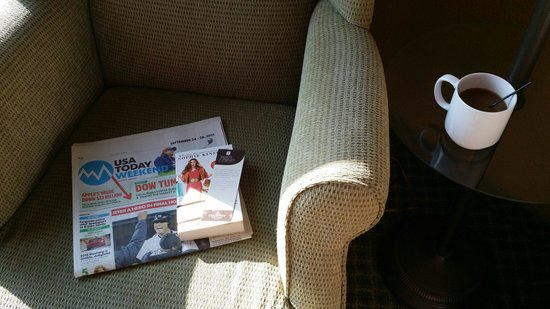 Country Inn & Suites By Carlson, St. Charles: What a nice touch! Newspapers and read and return it lending library with book mark