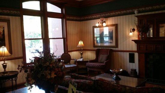 Country Inn & Suites By Carlson, St. Charles: Lobby near the lending library