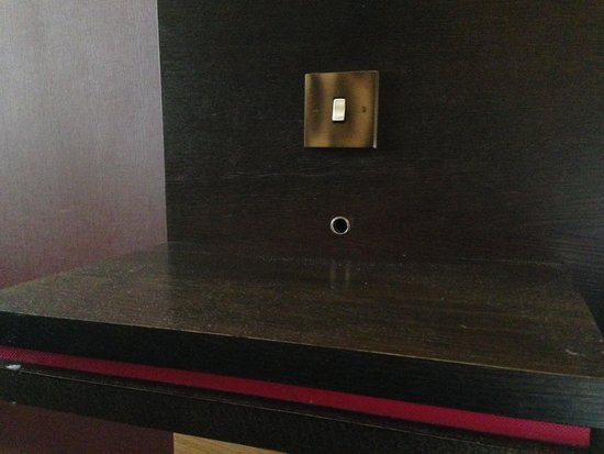 Doubletree by Hilton, Dunblane-Hydro: Dust on the bedside tables
