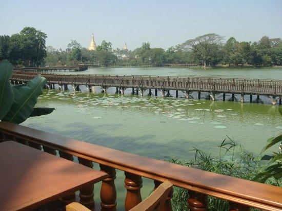 Kandawgyi Park : 湖畔のホテルよりみえる湖の橋