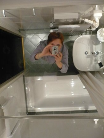 Hotel Savoy Vienna: Ванная с зеркальным потолком
