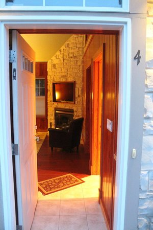 Fish Creek Motel & Cottages : Entrance and living area