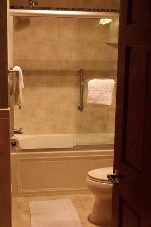 Fish Creek Motel & Cottages: Tub/Shower