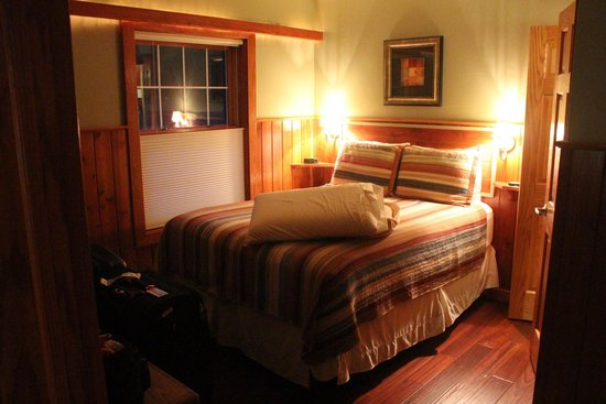 Fish Creek Motel & Cottages: Bedroom