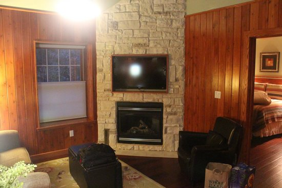 Fish Creek Motel & Cottages: Tv/Fireplace in Living area