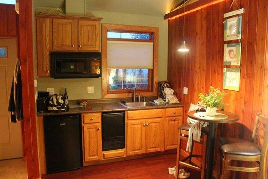 Fish Creek Motel & Cottages: Kitchenette