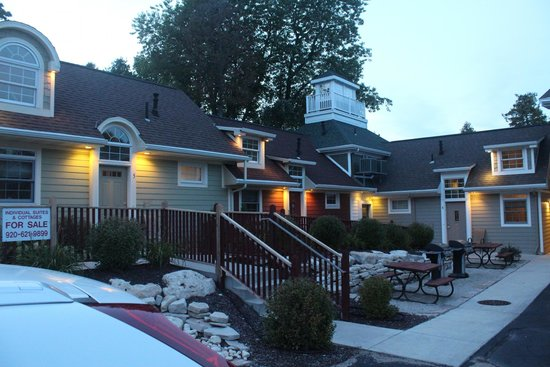 Fish Creek Motel & Cottages : Picnic/Grill area off parking lot