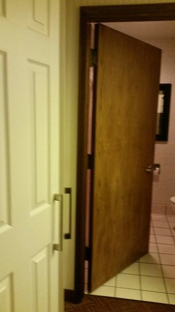 DoubleTree by Hilton Hotel Colorado Springs: Dated bathroom door
