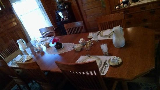 Scofield House Bed and Breakfast: Breakfast table set for four