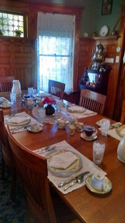 Scofield House Bed and Breakfast: Breakfast table set for six