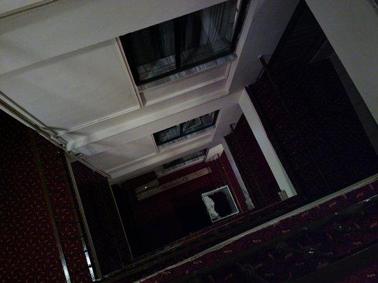 Istanbul Paris Hotel & Hostel: Corridor, view down