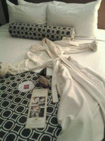 """Crowne Plaza Hotel Minneapolis - Airport West Bloomington: Wonderful Welcome to my room on the """"Women"""" only floor"""