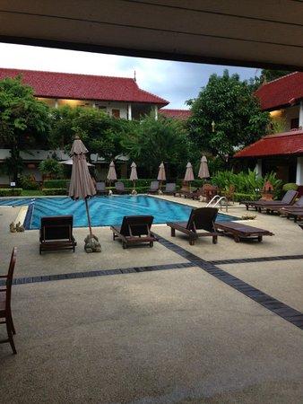 Karinthip Village: Grande piscine propre et sympa