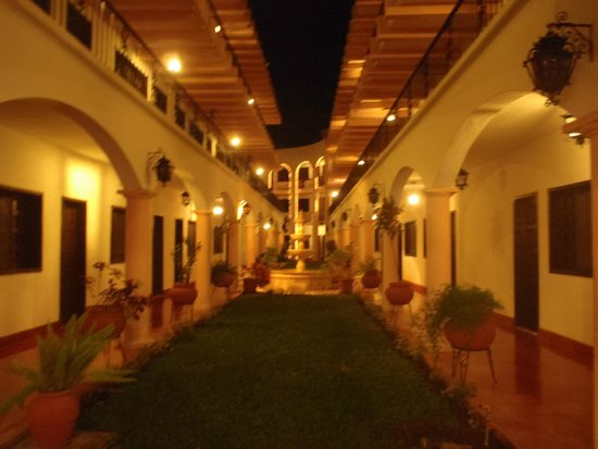 Hotel Zaci: Courtyard between reception and pool
