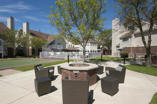 Sonesta ES Suites Minneapolis - St. Paul Airport : Courtyard and Fire Pit
