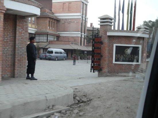 Shangri-La Hotel Kathmandu: ホテル敷地への入り口