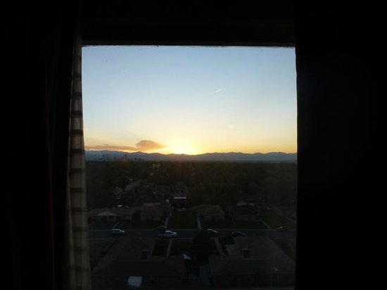 Doubletree by Hilton Hotel Denver : Ninth Floor Looking West at Sunset