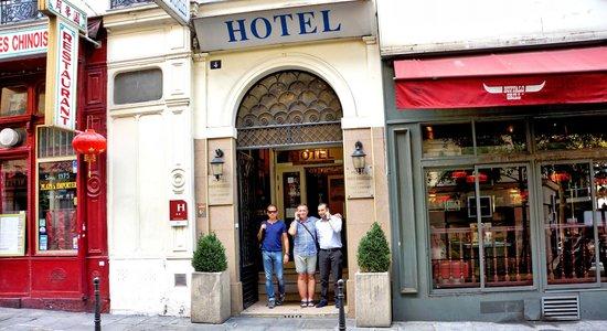 Hotel Paris Bruxelles: Вход в отель и Заг (работник отеля)