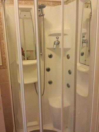 Antibagno con doppio lavandino e bagno con doccia - Bagno e antibagno ...