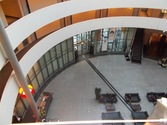 NH Düsseldorf City: Вид на вход в отель