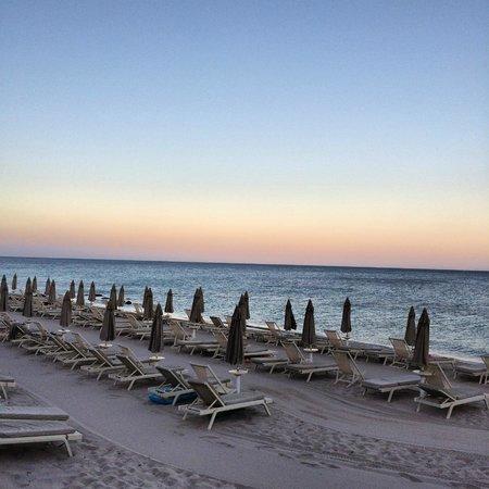 Forte Village Resort - Waterfront Suites : Strand bei Sonnenuntergang