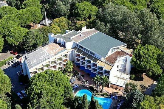Le Quetzal Hotel : L'hôtel et son environnement arboré.