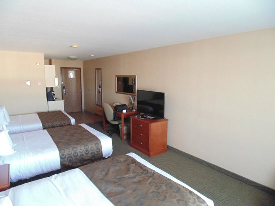 Ramada Clairmont/Grande Prairie: 3 double beds?
