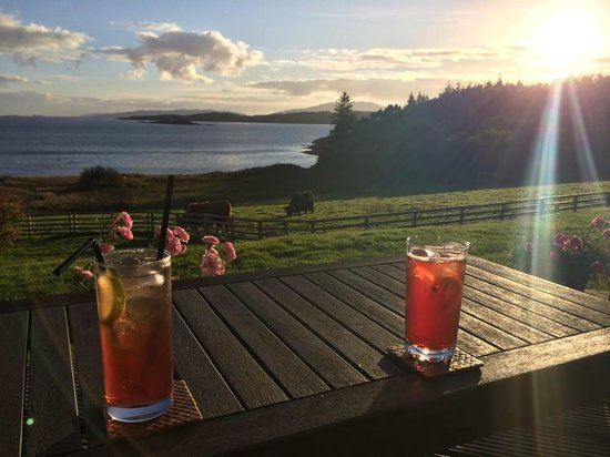 Loch Melfort Hotel and Restaurant: Drinks in front of the lounge