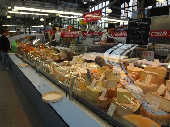 Wazemmes Market (Marche de Wazemmes): Would you like some cheese with that wine?