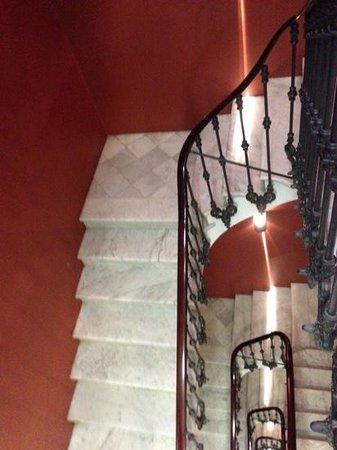Hotel Regina Barcelona: Marble staircase in Hotel Regina