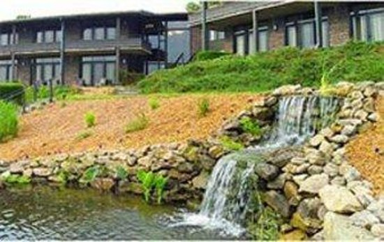 Sherrodsville, โอไฮโอ: Hotel Exterior With Waterfall