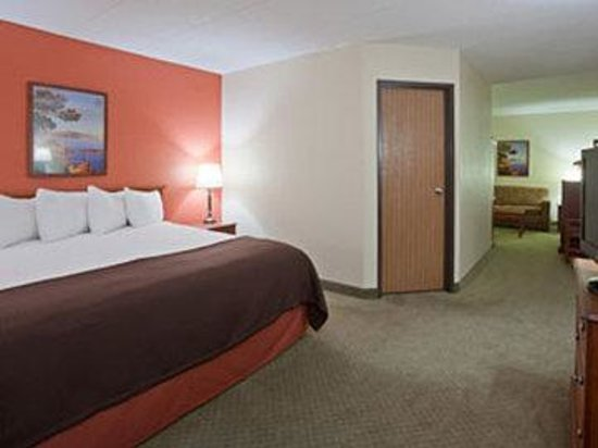 AmericInn Lodge & Suites Alexandria: Americ Inn Alexandria Room Family Suite
