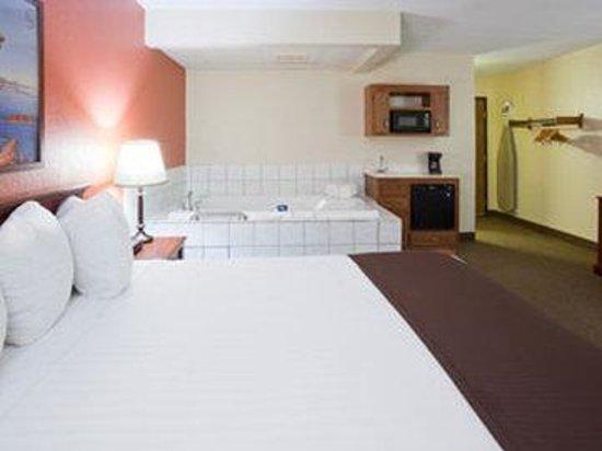 AmericInn Lodge & Suites Alexandria: Americ Inn Alexandria Whirlpool Suite