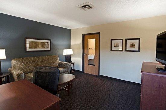 AmericInn Hotel & Suites Bay City: Americ Inn King Suite Front Room