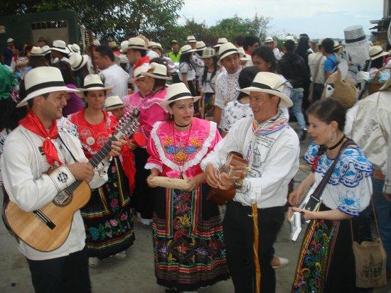 UN MOMENTO  PARA LAS COPLAS EN EL DESFILE DE LAS FLORES EN VELEZ SANTANDER COLOMBIA