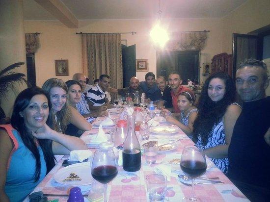 B&B Dimora dell'Etna: Group dinner on the eve of Etna Marathon.. Dinner prepared by Giovanni's mum :)