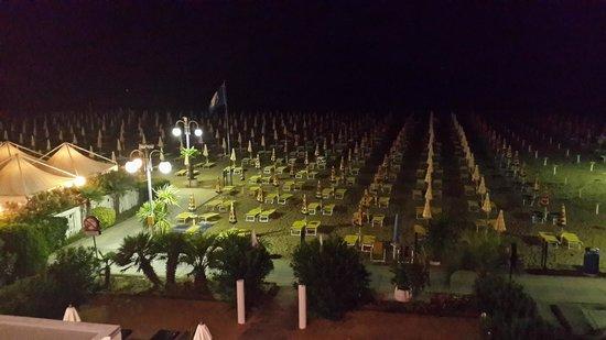 Hotel Bali: Ночной пляж перед отелем