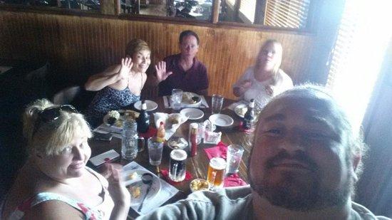 Warehouse No 1 Restaurant: Comiendo con amigos
