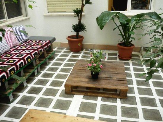 The Boutike Hostel : patio interior
