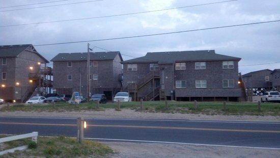 Cape Hatteras Motel: Street side view of motel