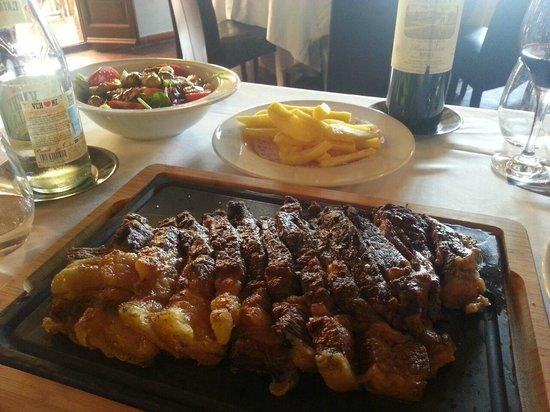 Restaurante Galena Mas Comangau: Chuletón acompañado de patatas fritas naturales y una ensalada