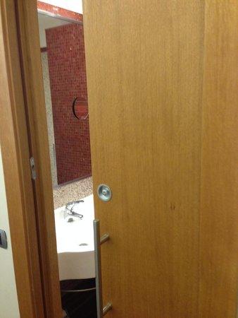 Hilton Garden Inn Rome Claridge: Solid door to Bathroom, lots of other hotels had glass ones