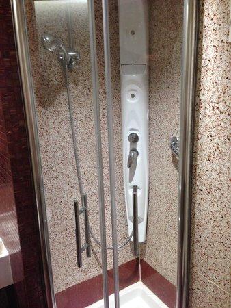 Hilton Garden Inn Rome Claridge: Double Shower Heads
