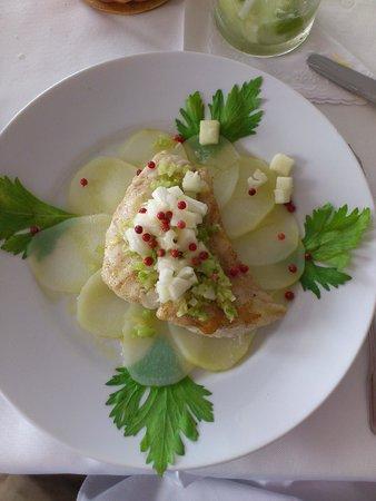 Cigalon : File de cherne com batata, abacaxi e aipo.
