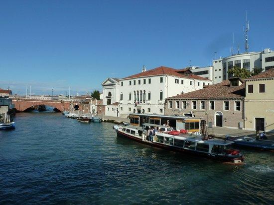 Casa Sant'Andrea: L'arrêt du vaporetto devant l'hôtel