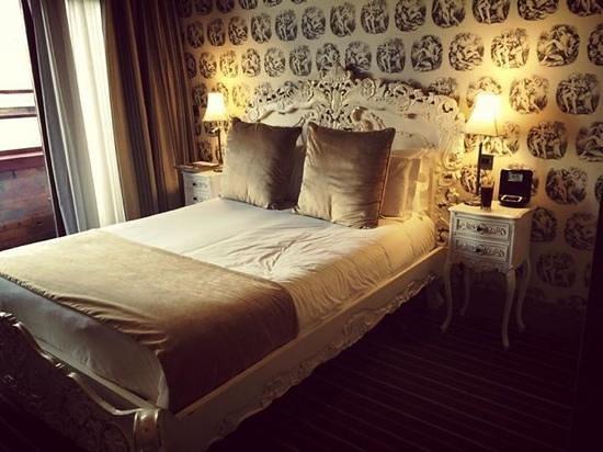 Velvet Hotel: cheeky wallpaper