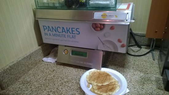Holiday Inn Express Bishop: Breakfast pancake machine